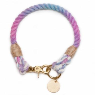Ręcznie wykonana obroża Purple Chameleon classic jest dopasowana do obwodu szyi psa.