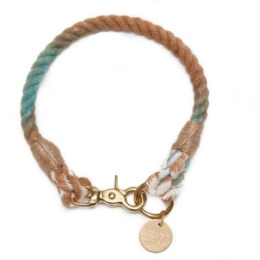Ręcznie wykonana obroża Brown Chameleon classic jest dopasowana do obwodu szyi psa.