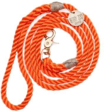 Miękka, lekka, miła w dotyku i elastyczna smycz wykonana jest w 100% z bawełny, jednocześnie bardzo mocna i wytrzymała.Pomarańczowa.