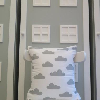 Biała poduszka w szare chmurki.