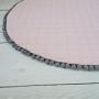 Różowa pudrowa mata - dywanik z szarymi pomponami do pokoju dzieciecego