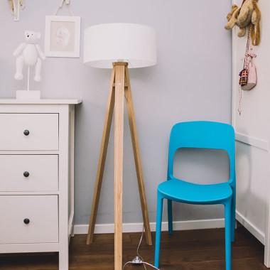 RAGABA biała lampa Wanda niebieskie krzesło UFO