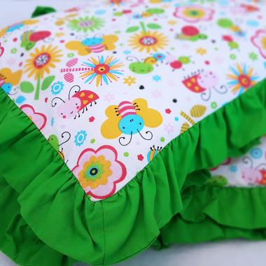 Pościel dziecięca z zieloną falbanką w kolorowy nadruk