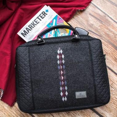 Torba na laptopa z paskiem na ramię, zdobiona w efektowny wzór w romby.