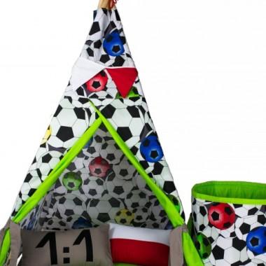 Pragniemy przedstawić namiot dla małego Kibica piłki nożnej. Namiot tipi to świetne miejsce do zabawy dla dzieci w każdym wieku. Ręcznie wykonany z dbałością o każdy szczegół. Świetnie się sprawdza w pomieszczeniu jak i na zewnątrz. Idealny do zabawy w ogrodzie, jest również świetną kryjówką przed słońcem. Łatwy i szybki sposób montażu. Do wyboru wiele kolorów. Namiot można prać w pralce w temperaturze 30 stopni W komplecie poduchy, podłoga, girlanda. WYMIARY: WYSOKOŚĆ KIJKÓW 180 CM WYSOKOŚĆ NAMIOTU 150 CM WYMIARY PODSTAWY 100 X 100 CM Skład: bawełna: 100%