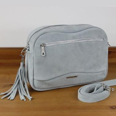 Modny szary welur. Klasyczny, gustowny fason torebki ozdobionej delikatnie frędzlem i firmowym logo.