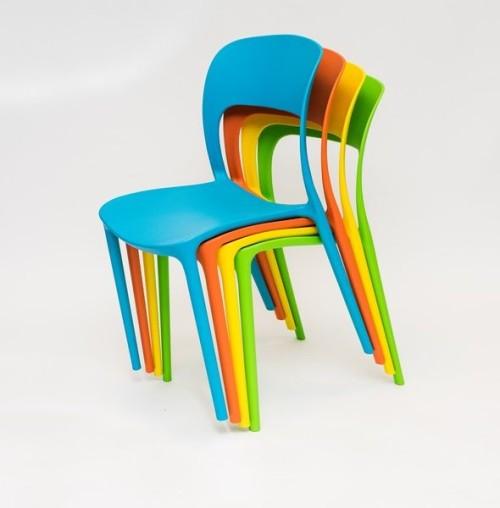 Kolorowe-krzesła-UFO-Ragaba-1-590x600