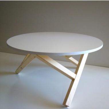 Biały stolik kawowy idealnie wpasuje się do nowoczesnych wnętrz oraz w stylu skandynawskim