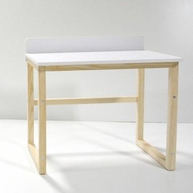 Białe drewniane biurko w stylu skandynawskim