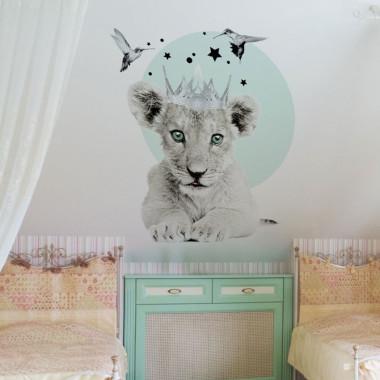 Małe lwiątko, które na pewno będzie przyjacielem malucha. Dekoracja do pokoju przedszkolaka i małego ucznia.
