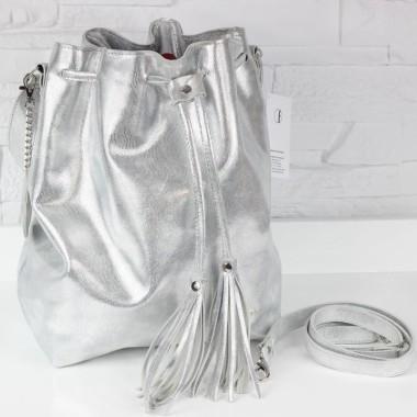 Modna i elegancka torebka. Uszyta z srebrzystej skóry licowej tłoczonej na wzór skóry węża.