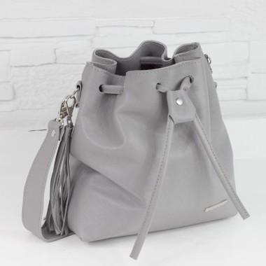 Modna, elegancka torebka dla dziewczyny. Uszyta z szarej skóry licowej, ozdobiona srebrnymi okuciami i frędzlem.