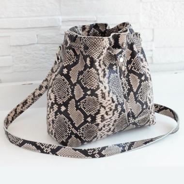 Nieduża i elegancka torebka. Tekstura wężowej skórki, kilka odcieni szarości nadają jej wyszukany charakter.