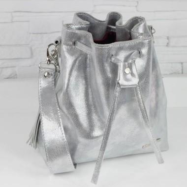 Zawsze modna srebrna skórzana torebka, nieduża i delikatna. Tekstura wężowej skórki.