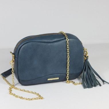 Minimalistyczny, elegancki design. Modna torebka na pasku lub łańcuszku. Zdobiona frędzlem.
