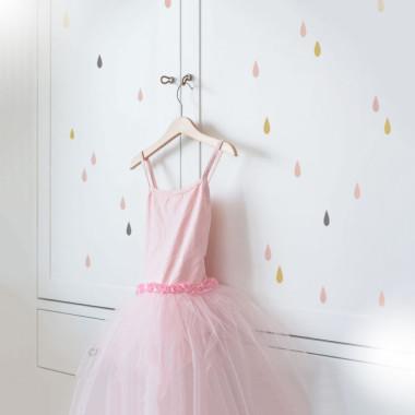 Bardzo modne niewielkie naklejki w uniwersalnym zestawie kolorów. Pasują do pokoju dziewczynki. Ułożone w rytmiczny wzór ozdobią sypialnię albo salon.