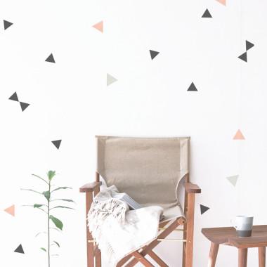 Delikatne, niewielkie naklejki są obecnie supermodne. Do ułożenia kompozycji na ścianie w pokoju dziecka. Można też ozdobić gabinet lub przedpokój.