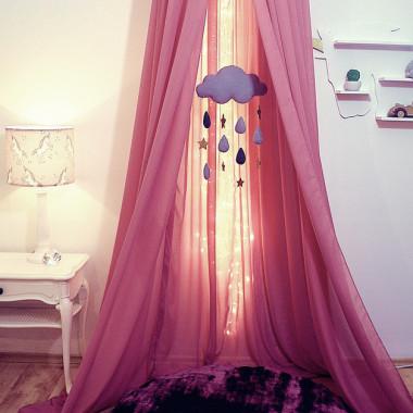 Urocza i użyteczna dekoracja. Wyciszy i uspokoi dziecko przed snem, ochroni przed komarami. W zabawie może być pięknym namiotem..