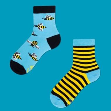 Niekonwencjonalne skarpetki w pszczółki. W komplecie dwie różne ale uzupełniające się graficznie skarpetki.