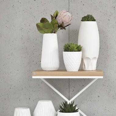 Minimalistyczny nowoczesny stolik pomocniczy z dębowym blatem na metalowej konstrukcji
