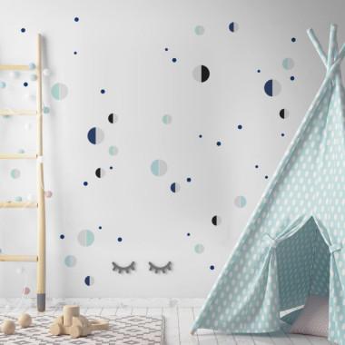 Bardzo modne niewielkie naklejki w uniwersalnym zestawie kolorów. Pasują do pokoju dziecięcego. Ułożone w rytmiczny wzór ozdobią gabinet albo salon.