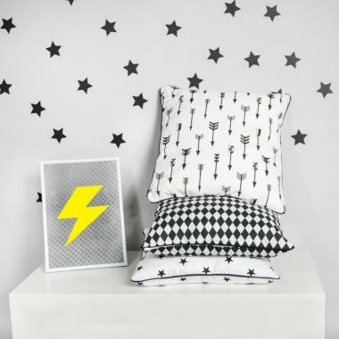 Zdobione na biało-czarno poduszki. Ustawią dekorację pokoju chłopca a może i dziewczynki.