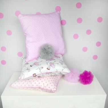 Różowe podusie, pomponiki, przylepki. Dekoracja dla maluszków i trochę starszych dziewczynek.