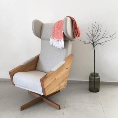 Elegancka designerska interpretacja fotela z połowy XX wieku.