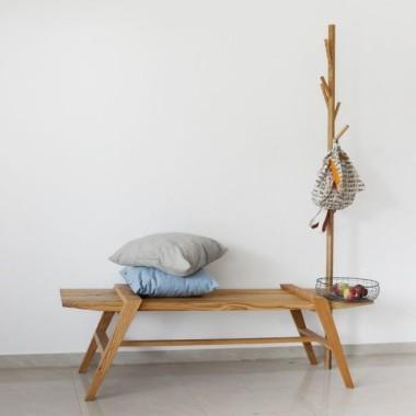 Niebanalne połączenie ławki z wieszakiem - wyszukana funkcjonalność.
