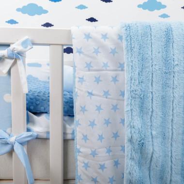 Biało-niebieska kolekcja tekstyliów dla dzieci w chmurki Blue Sky - kocyk szynszyla