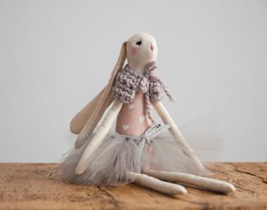 Duża pastelowa przytulanka dla dziecka w ubranku- Królik Erin