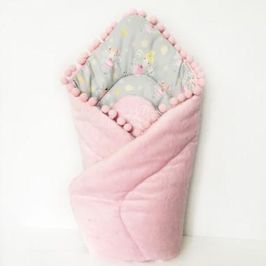 Dwustronny rożek niemowlęcy wykonany z wysokiej jakości bawełny oraz miękkiego i miłego w dotyku minky, ozdobiony uroczymi pomponikami. Posiada wszyte antyalergiczne, miękkie wypełnienie.  Rożek jest idealny dla maluszków, od pierwszych dni życia. Idealnie otuli i zapewni spokojny sen każdemu dziecku.  Dzięki wiązaniu na kokardkę lub rzep można dowolnie regulować rożek, aby zapewnić najlepszy komfort dla maluszka.  Rożek może służyć również jako mata do zabawy.