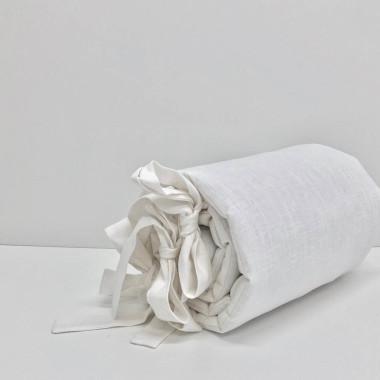 Delikatny ochraniacz do łóżeczka w pięknym białym kolorze wykonany ze 100% lnu.