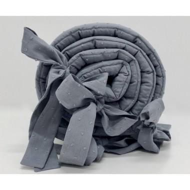 `Szary ochraniacz do łóżeczka dziecięcego wykonany z bawełny plumeti.