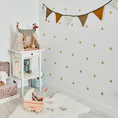 Złote naklejki kropki na ścianę do pokoju dziecięcego.