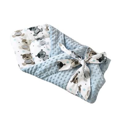 Dwustronny rożek niemowlęcy (becik) wykonany z wysokiej jakości bawełny w szare misie oraz miękkiego i miłego w dotyku niebieskiego minky.