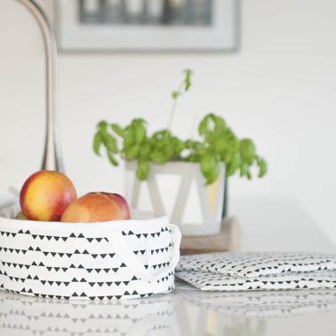 Biało-czarny koszyk do kuchni na pieczywo owoce