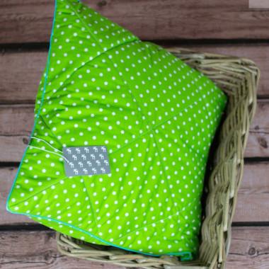 Pikowany przód. Zielona w białe grochy z turkusową wypustką.