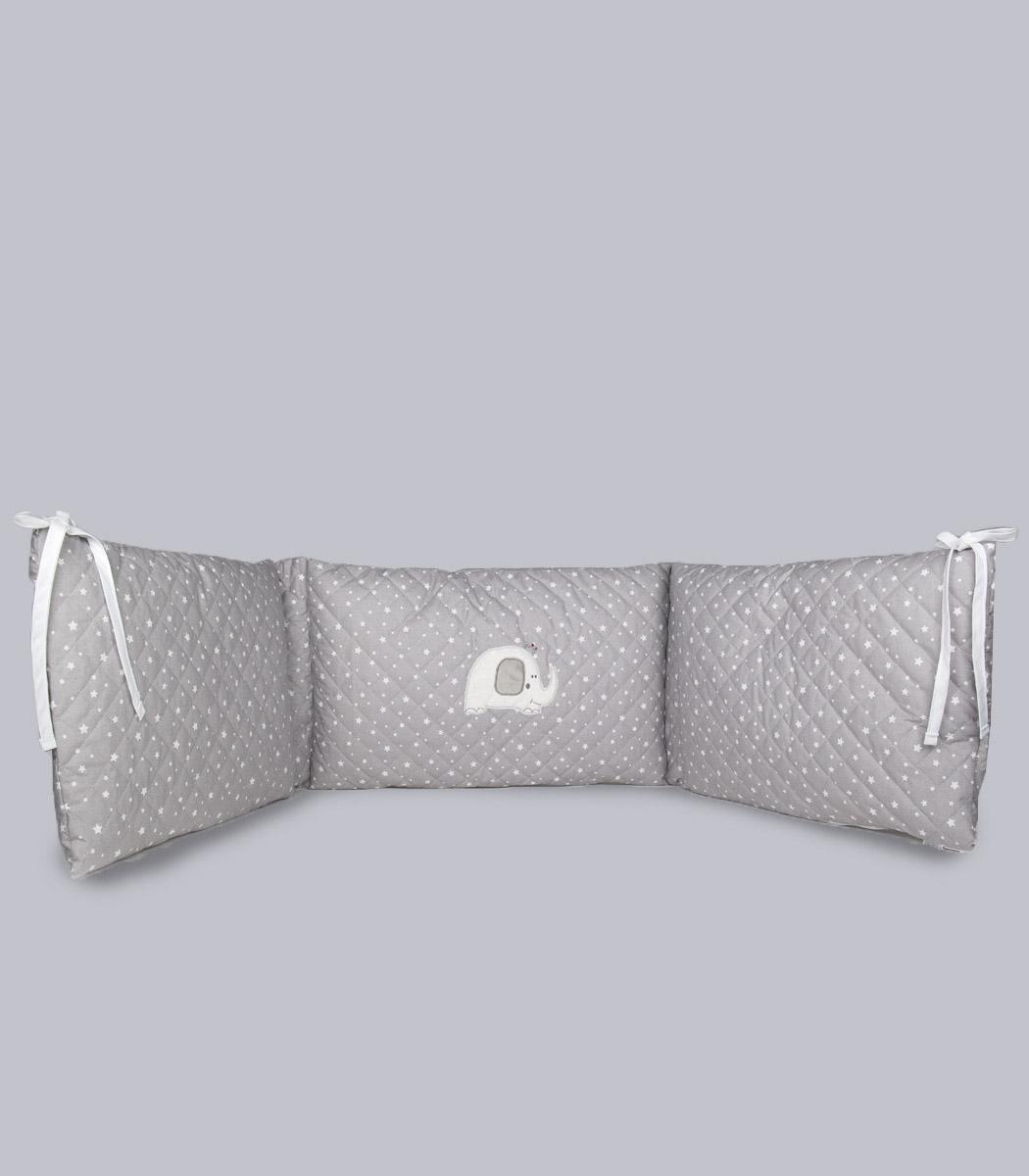 Ochraniacz pikowany ozdobiony aplikacją w kształcie słonika.