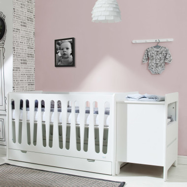 Komoda do łóżeczka 120x60 i 140x70 cm oraz może pełnić funkcję oddzielnego mebla.
