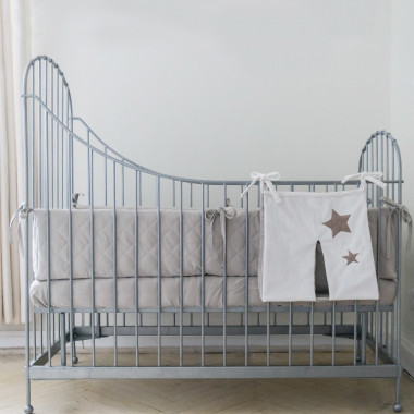 Przybornik na pieluszki z kolekcji Gwiazdki to eleganckie rozwiązanie dla tych, którzy nie mają komody niemowlęcej lub możliwości trzymania pieluszek w koszykach czy szufladach.