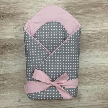 rożek/ becik dla dziecka szary w białe kropeczki, a w środku różowy z piękną różową kokardą na zewnątrz. Wyprawka dla noworodka.