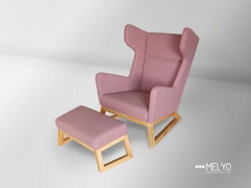 Duży fotel z wygodnym siedziskiem i szerokim, oryginalnym oparciem.