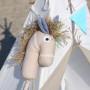 Koń na kiju. Kolor bezowo niebieski . Wykonany z 100% bawełny oraz drewna bukowego bielonego.