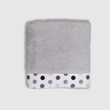 Bardzo chłonny, wykonany z wysokiej jakości bawełny ręcznik w kolorze szarym, który przez długi czas będzie służył Twojemu dziecku. Ręcznik ozdobiony tkaniną w groszki.W późniejszym czasie idealnie sprawdzi się jako ręcznik kąpielowy na basenie czy na plaży. Wymiary: długość ok. 100 cm szerokość ok. 60 cm Gramatura 340gr/m2 Skład: 90% bawełna, 10% poliester Można prać w pralce, przepis prania na wszywce. Frota produkcji belgijskiej, wykonano i zaprojektowano w Polsce.