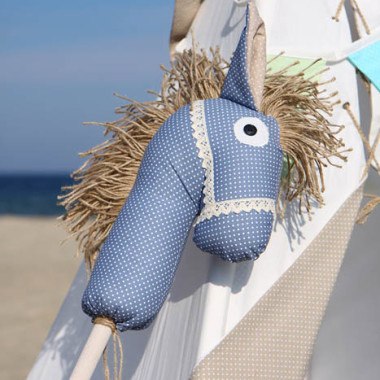 Koń na kiju i namiot indiański Tipi idealny do zabawy w domu, tarasie oraz w plenerze.