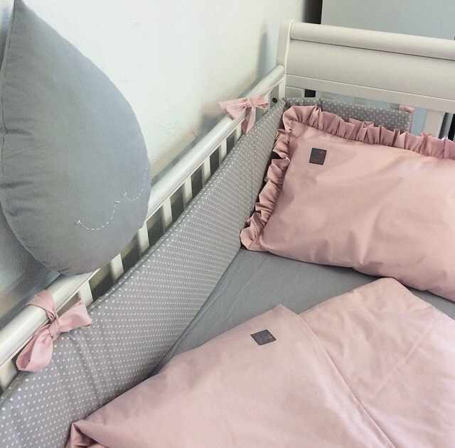 Dziecięca pościel do łóżeczka w kolorze purowy róż z falbanką