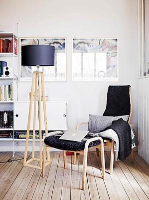 Lampa LW18-01-19 to lampa podłogowa marki LIGHTWOOD, wykonana z elementów naturalnego drewna sosny pokrytych delikatną warstwą lakieru