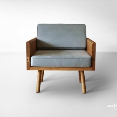 Duży dębowy fotel to idealna propozycja dla osób, które lubią otaczać się litym drewnem w swoim wnętrzu. Jest to masywny mebel, który dzięki zastosowaniu owalnych, cienkich nóżek wygląda lekko i zgrabnie.