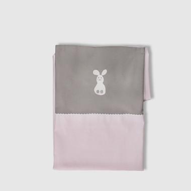 Poszewka na kołderkę i poduszkę ozdobiona haftem w kształcie króliczka.